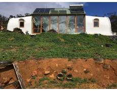 Memantau Efisiensi Energi pada Rumah Earthship